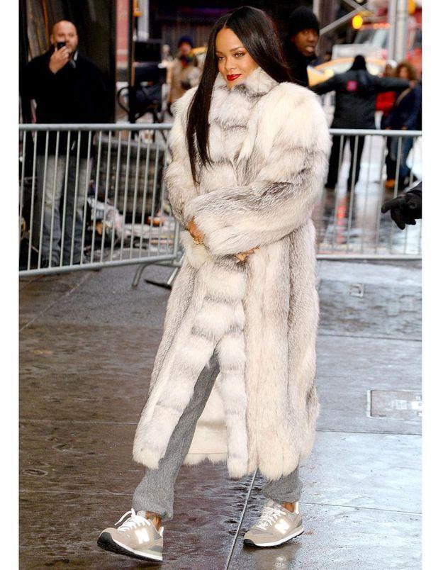 Le double look du jour   Rihanna, fourrure grise et tailleur Chanel ... 3d7f18f9e8e