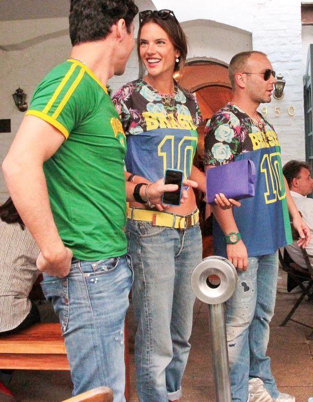 Le look du jour: Alessandra Ambrosio, supportrice brésilienne de charme