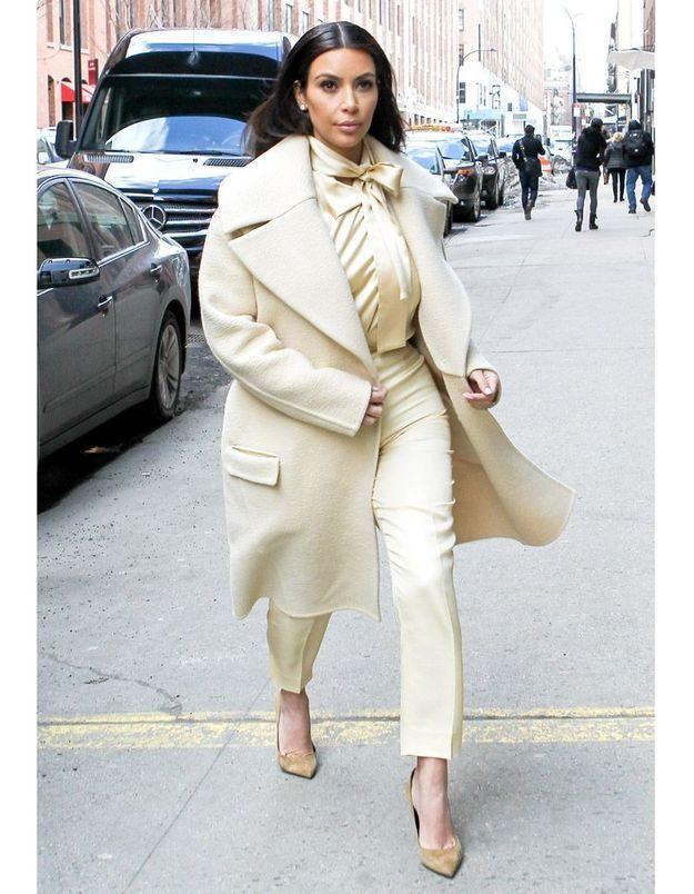 Le look du jour : Kim Kardashian, virginale en séance shopping