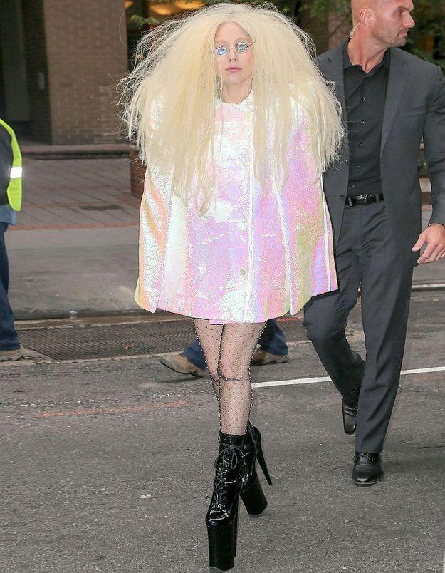 Le look du jour: Lady Gaga et son manteau lamé rose