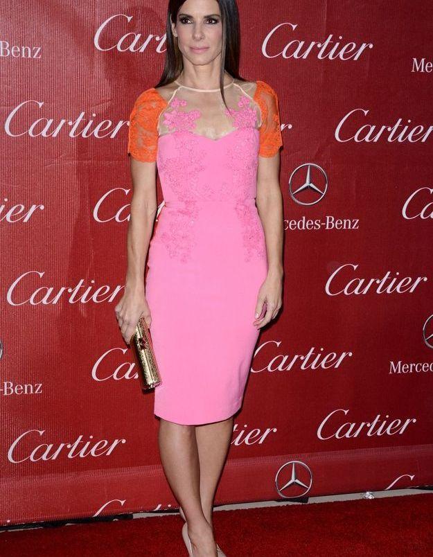 Le look du jour: Sandra Bullock et sa robe rose fluo
