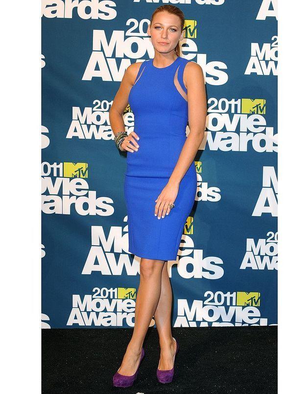 Avec une silhouette aussi parfaite, qui pourrait lui en vouloir de s'afficher en robe ultra-moulante bleu électrique griffée Michael Kors ?