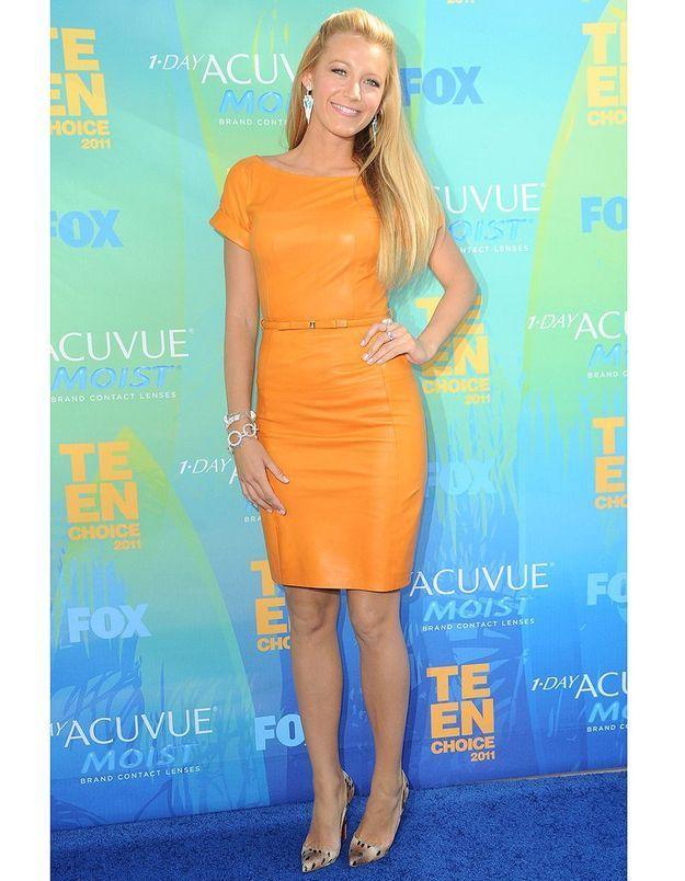 Pour la cérémonie des Teen Choice Awards en 2011, elle opte pour une petite robe en cuir couleur « soleil ».