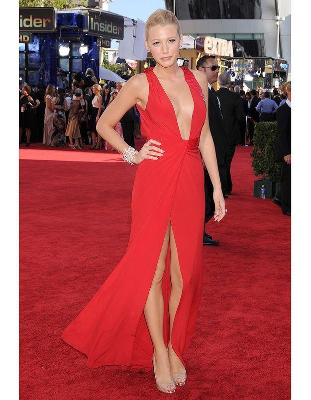 Une robe rouge portée par une blonde = cocktail explosif de sexyness.