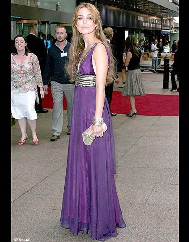 Sa longue robe violette