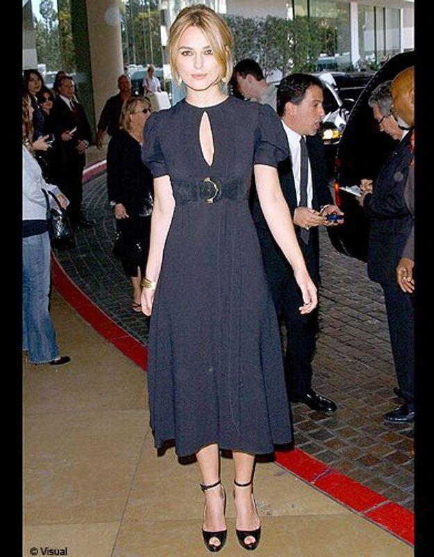 Sa robe noire marquée à la taille