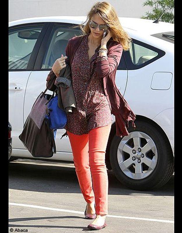 Jessica Alba en jean orange fluo