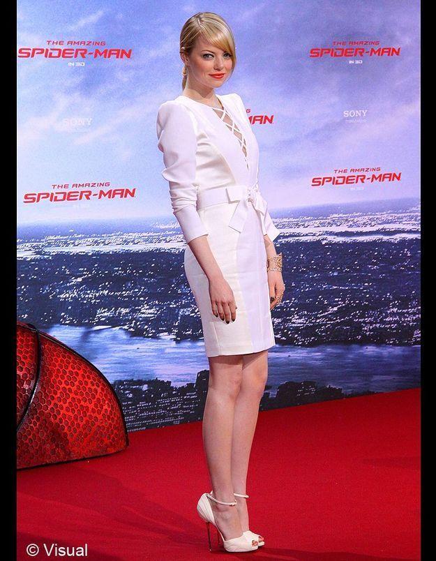 A Berlin, Emma Stone sort de son dressing une petite robe blanche Andrew Gn
