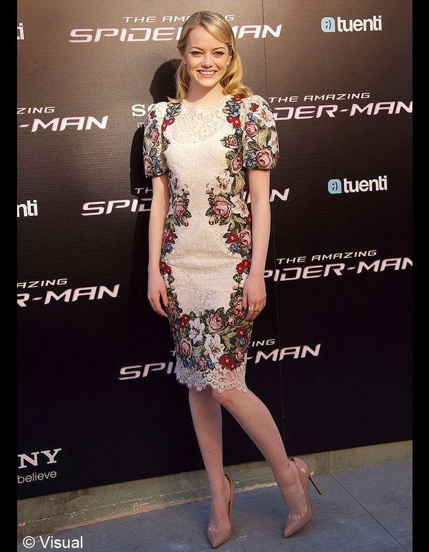 Emma Stone sait mettre en valeur son teint de porcelaine avec cette robe fleurie Dolce & Gabbana, portée à Madrid.