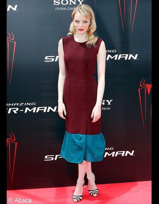 La belle prend des risques et porte des tenues de créateurs peu connus. En Espagne, elle s'affiche en robe bicolore, aubergine et bleu canard, Roksanda Ilincic.