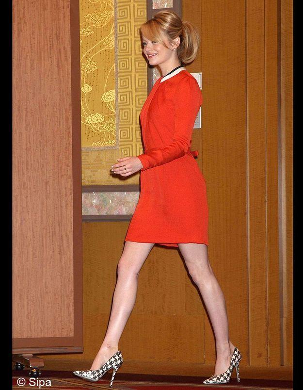 Pour la conférence de presse à Tokyo, Emma Stone ose les escarpins pied-de-poule signés Salvatore Ferragamo
