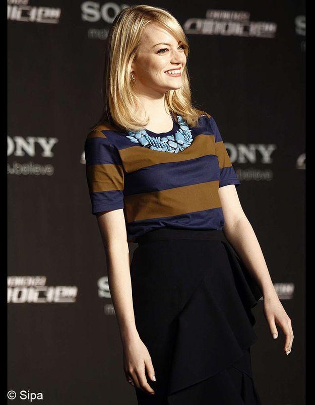 Pour la conférence de presse de Séoul, Emma Stone s'affiche en Burberry. On adore son collier plastron bleu pop.
