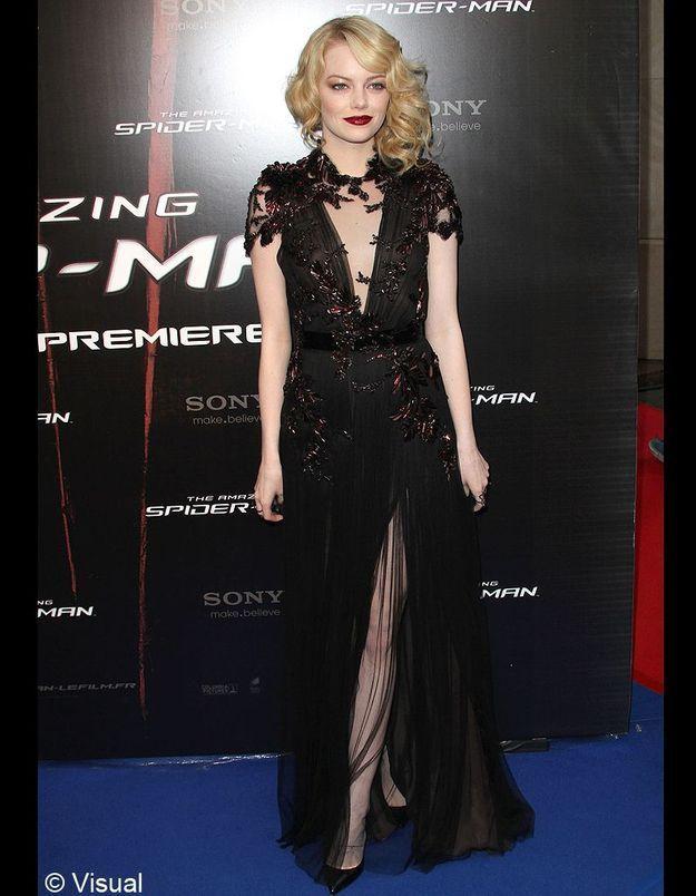 Pour la première du film à Paris, Emma Stone sort le grand jeu en Gucci : rouge à lèvres dark, coiffure rétro et fente assumée.