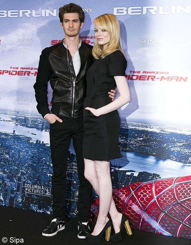 Pour le photocall allemand, elle est assortie à son petit ami en petite robe noire Martin Grant. Son plus ? Ses talons dorés !