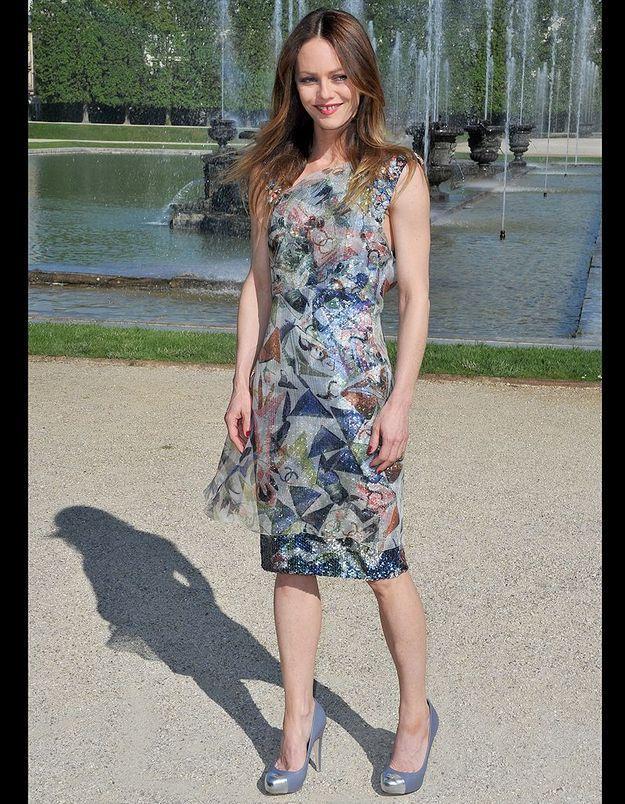 Allure de lady en robe multicolorée Chanel