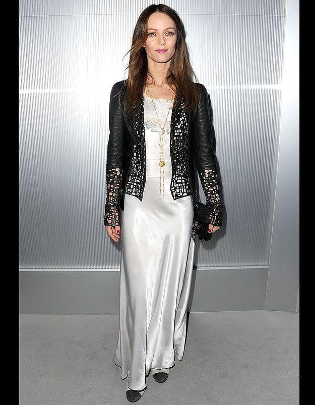 Nonchalante en longue robe de soie grise