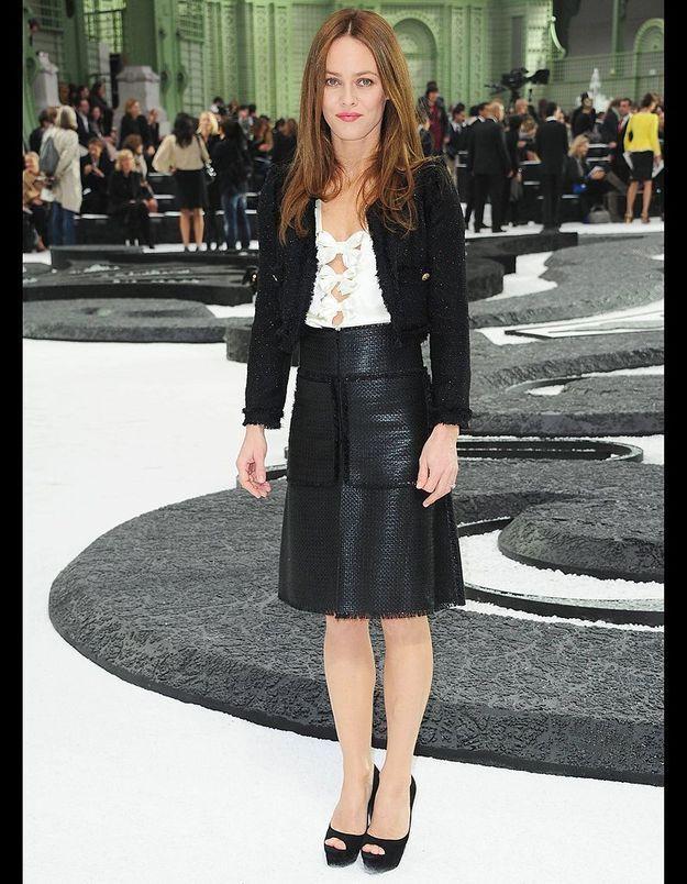 Vêtue en Chanel de la tête aux pieds