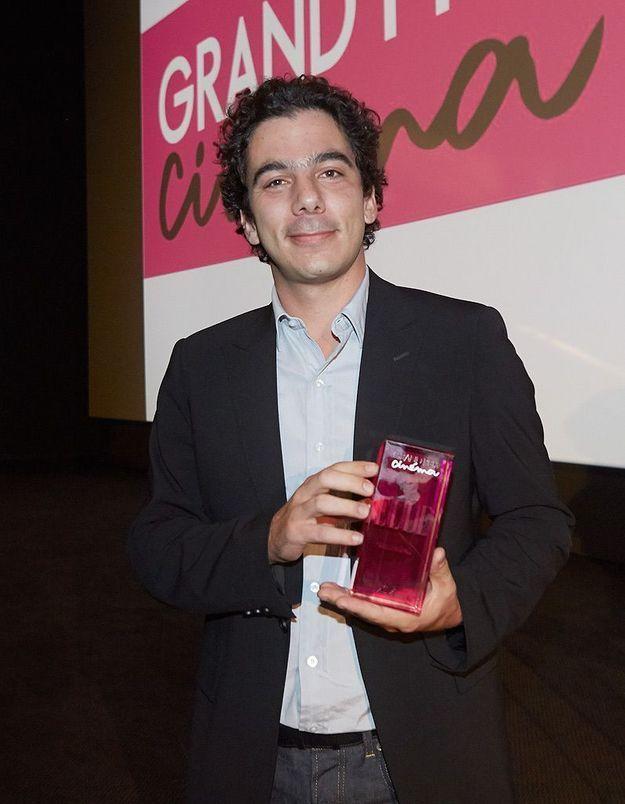 Nathanaël Karmitz accepte le prix de la révélation pour Antoine Olivier Pilon