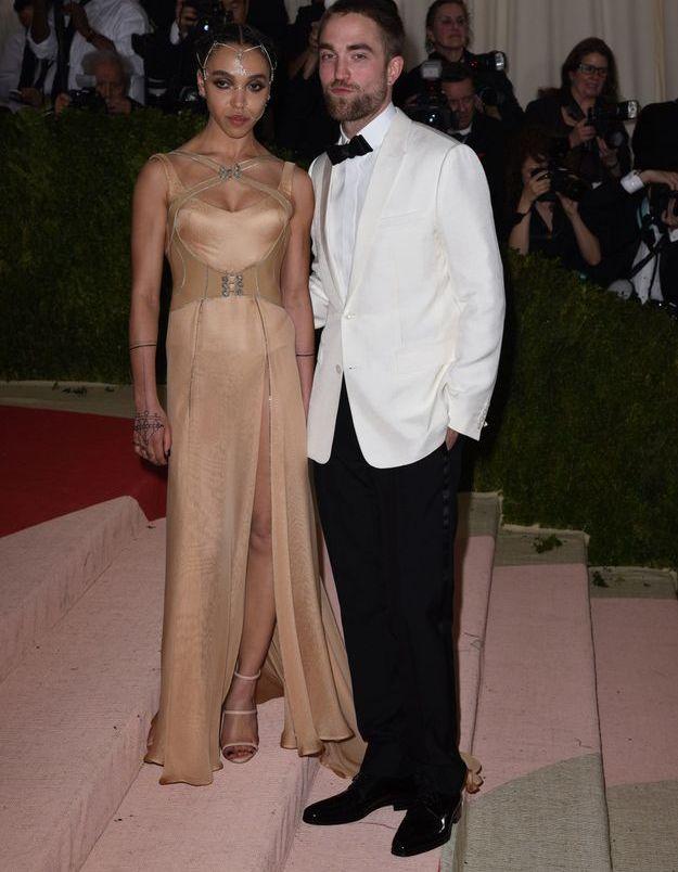 FKA Twigs en Versace et Robert Pattinson