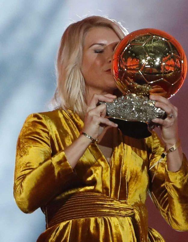 Ada Hegerberg reçoit le premier Ballon d'or féminin
