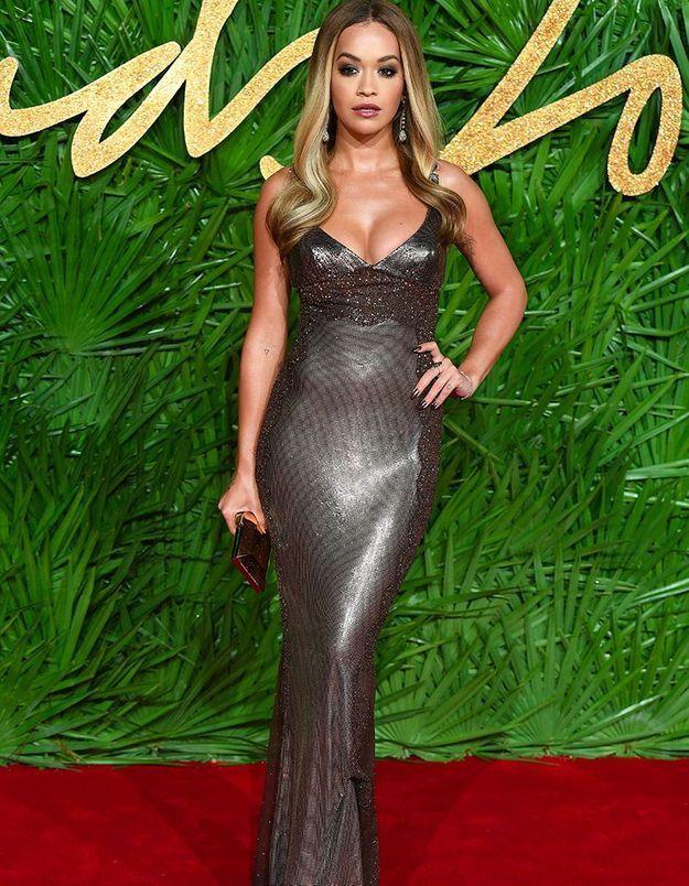 Rita Ora en vintage Versace