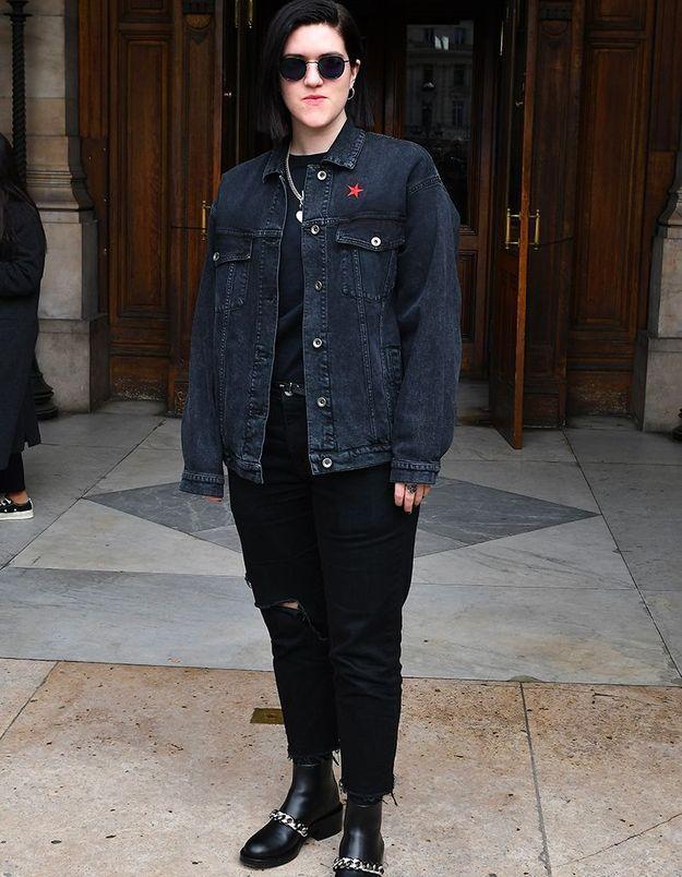 Romy Madley Croft au défilé Stella McCartney