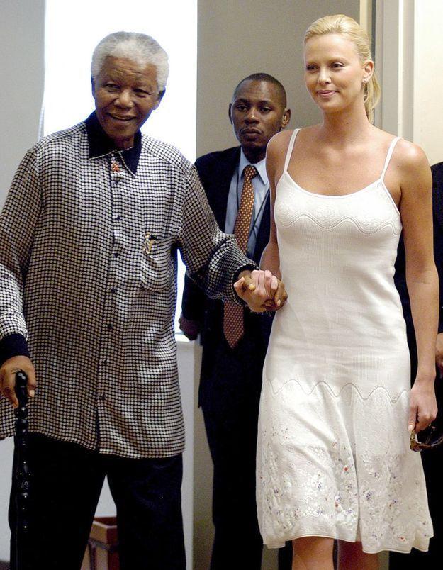Charlize Theron et Nelson Mandela le 11 mars 2004