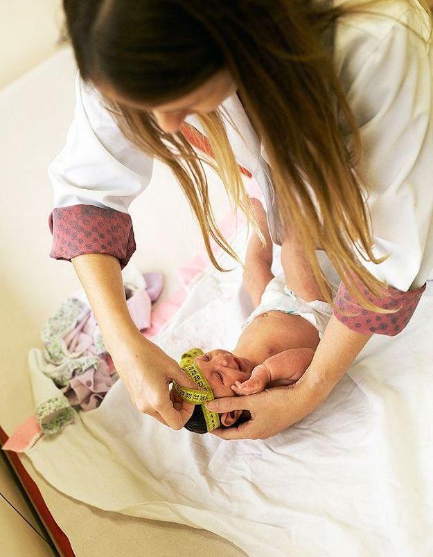 Un médecin examinant le périmètre crânien d'un bébé
