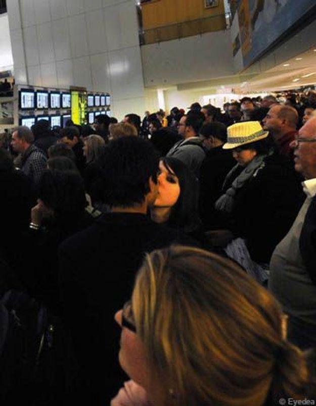 Aéroport de New-York : un baiser donné sème le trouble.