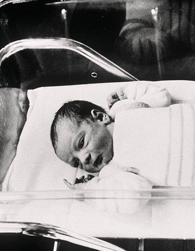 Amandine, premier bébé-éprouvette, donne naissance à une fille