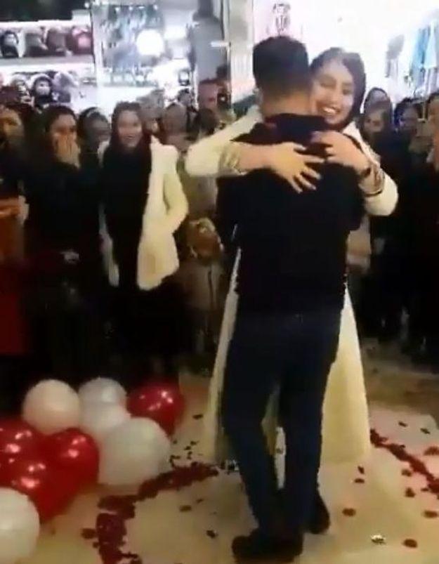 Après une demande de mariage en public, ce couple a été arrêté