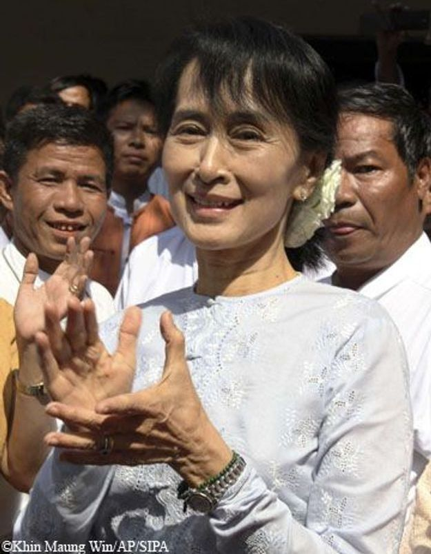 Aung San Suu Kyi a reçu la Légion d'honneur par Alain Juppé