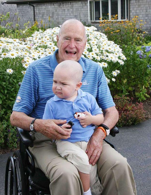 Bush père se rase la tête pour un enfant malade