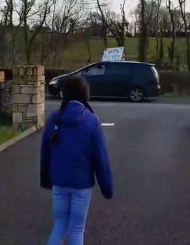 Confinée pour son anniversaire, une Irlandaise de 12 ans se fait surprendre (à distance) par ses amis