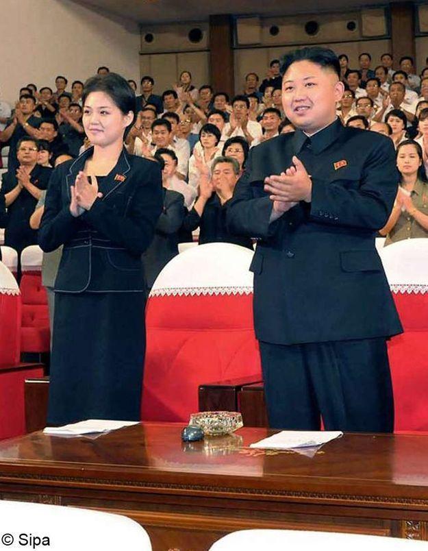 Corée: une mystérieuse jeune femme aux côtés du dictateur