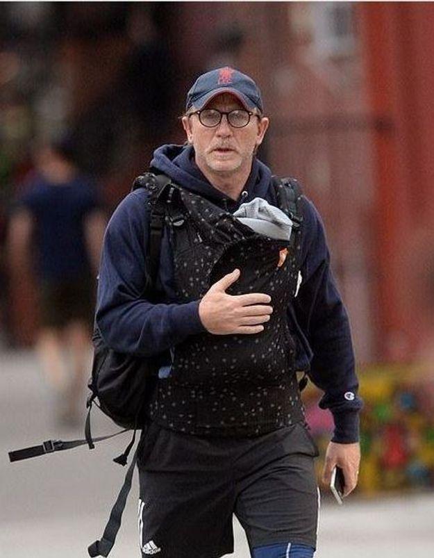 Daniel Craig traité d'émasculé parce qu'il porte son bébé : on hallucine !