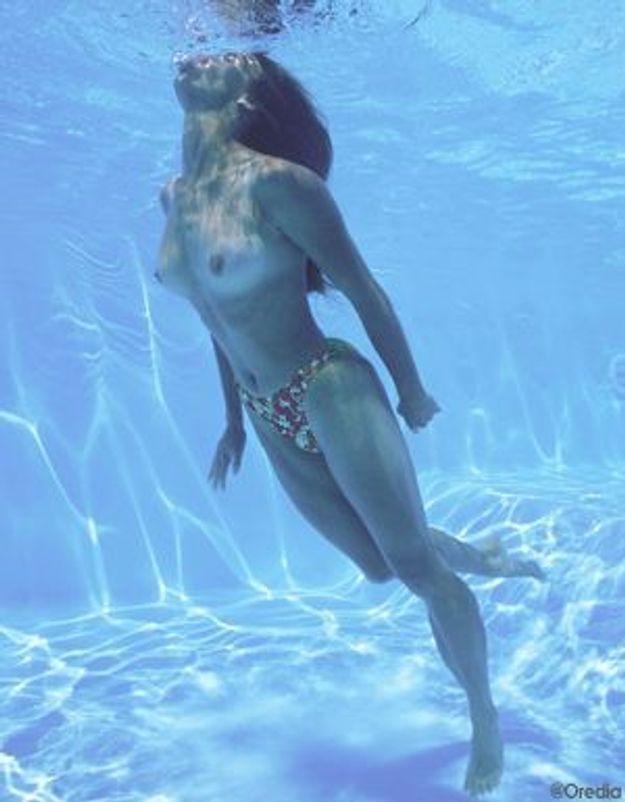 Des féministes enlèvent le haut dans une piscine à Paris