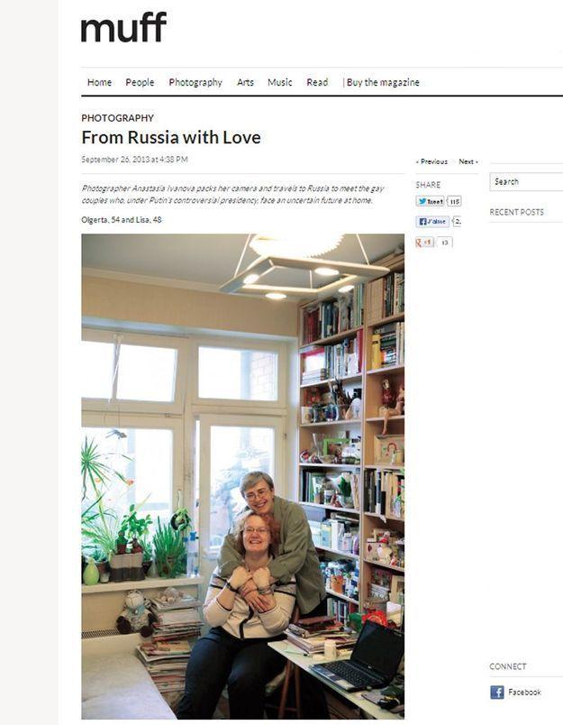 Des lesbiennes en couple posent contre la loi anti-gay russe