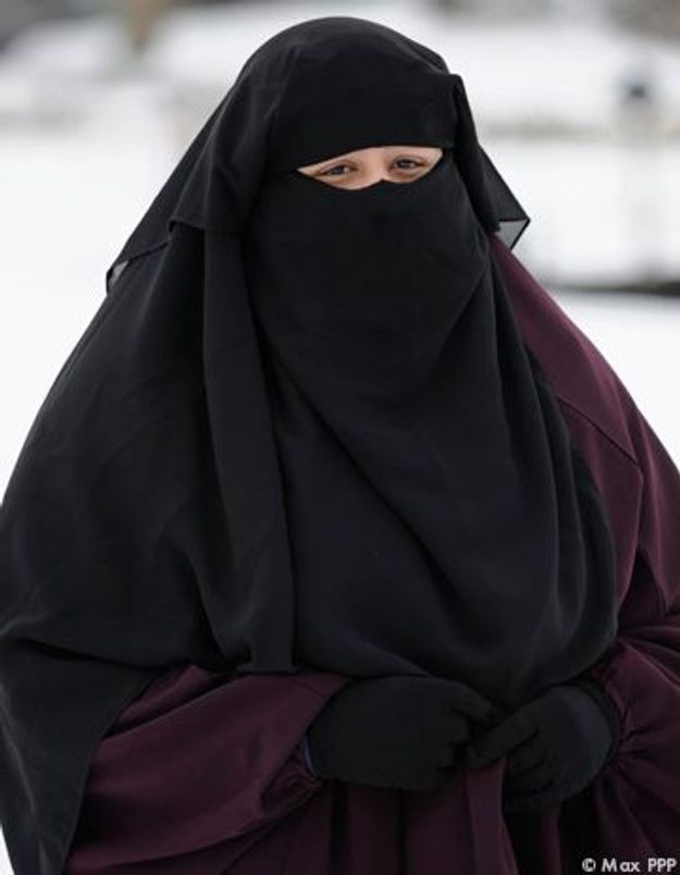 Des militantes de « Ni Putes Ni soumises » défilent en burqa