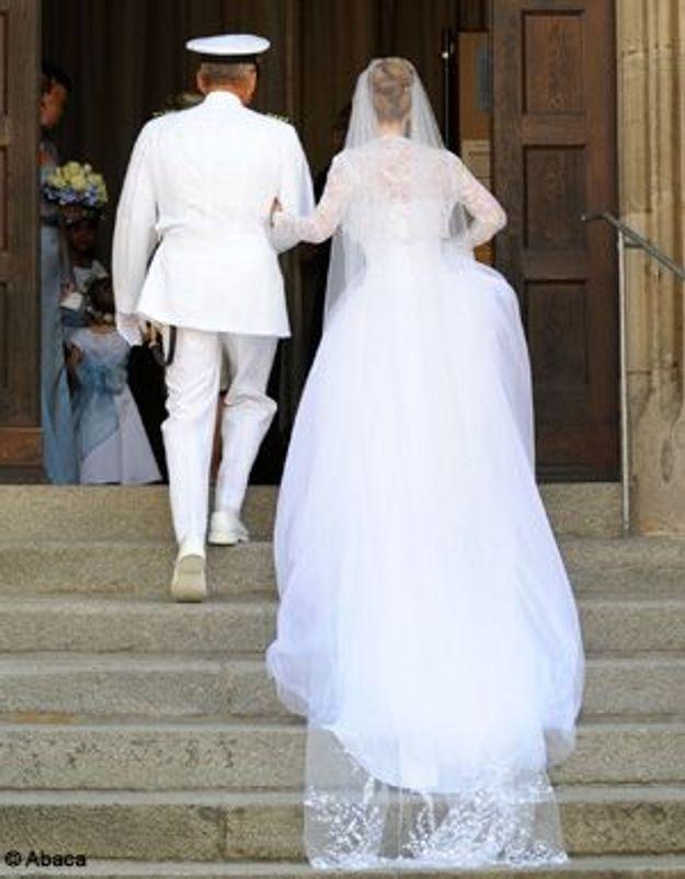 Encore dans sa robe de mariée, elle sauve une famille d'un incendie