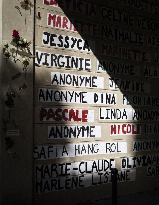 Féminicides : à Paris, les colleuses érigent un mémorial en hommage aux victimes