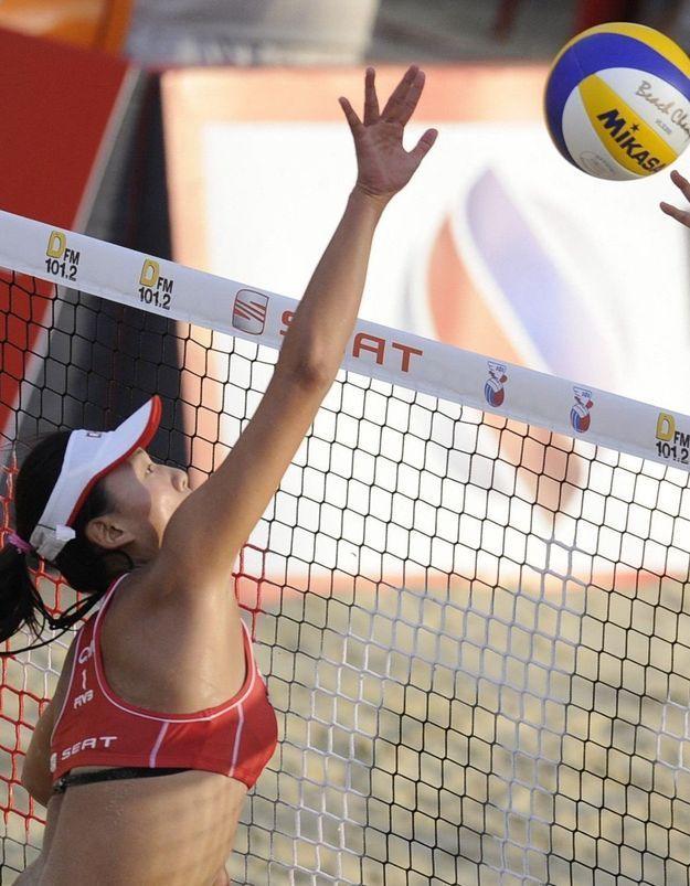 Le Qatar a-t-il interdit à des joueuses de beach-volley de jouer en maillot de bain ?