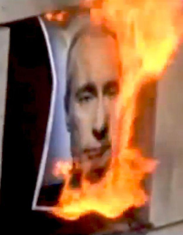 Les « Pussy Riot »  brûlent un portrait de Poutine