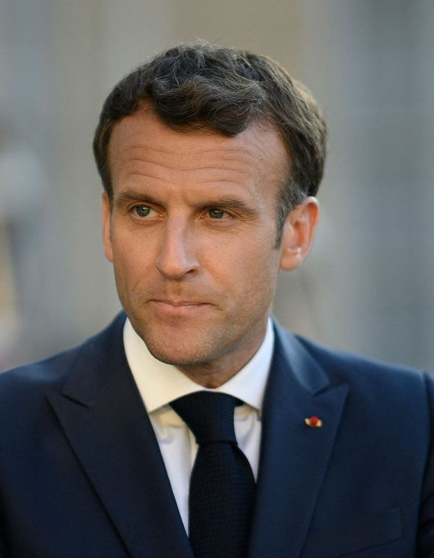 Macron relativise sa gifle en citant les violences faites aux femmes, les internautes s'indignent