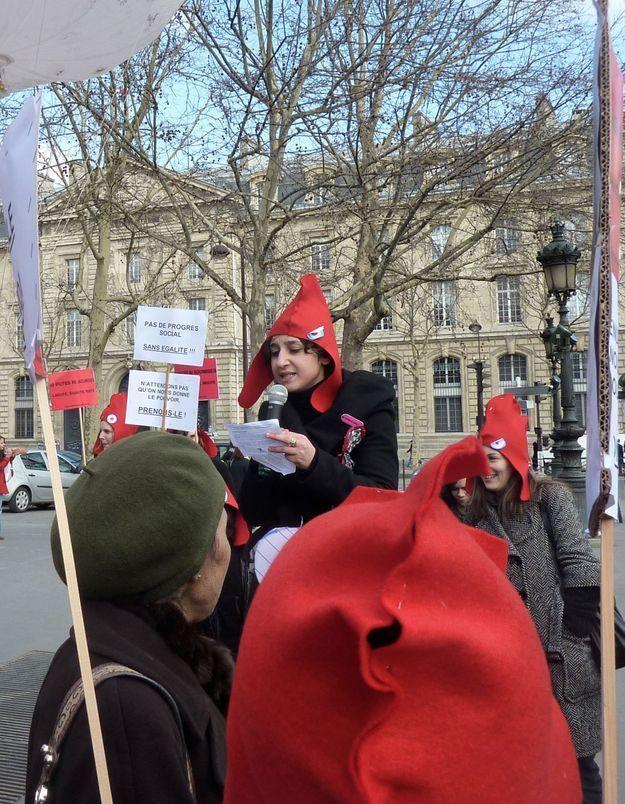 « Ni putes Ni Soumises » coiffée du bonnet phrygien à Paris