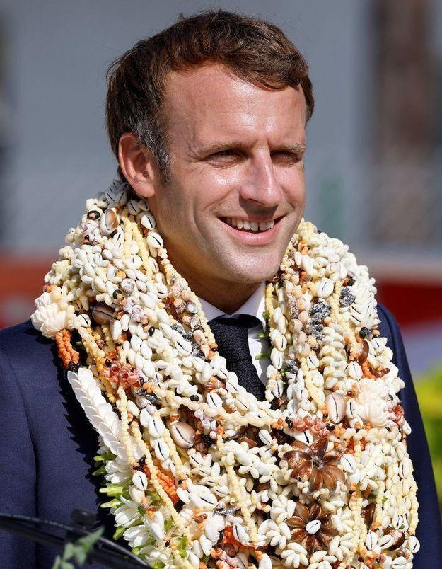 Non, Emmanuel Macron n'a pas été totalement recouvert de fleurs en Polynésie