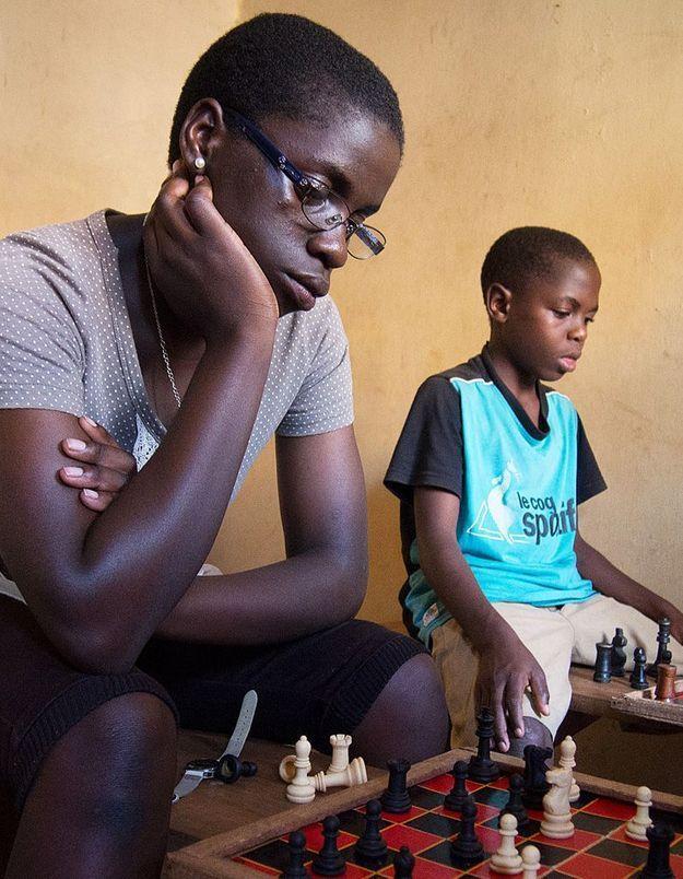 Ouganda : une ado des bidonvilles championne d'échecs