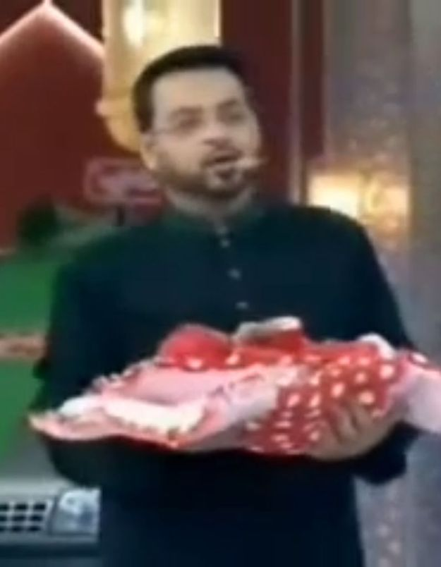 Pakistan : un présentateur télé distribue des bébés