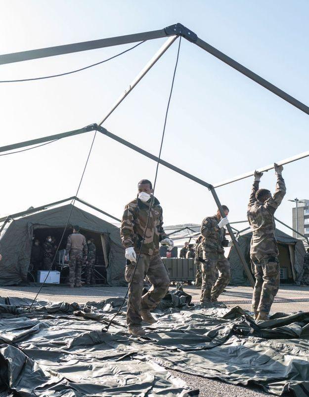 Reportage dans l'hôpital militaire qui se bat contre le Covid-19