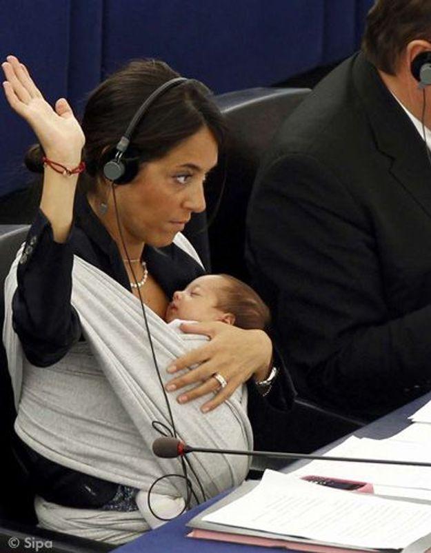 Strasbourg : une eurodéputée vote avec son bébé